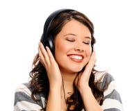 Jonge vrouw die van muziek geniet stock foto's