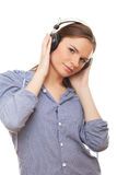 Jonge vrouw die van muziek in hoofdtelefoons geniet stock afbeeldingen