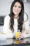 Jonge vrouw die van ontbijt geniet Royalty-vrije Stock Afbeelding