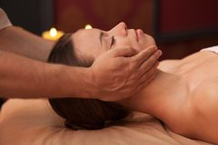 Jonge vrouw die van professionele massage genieten stock foto