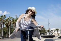 Jonge vrouw die van vakantie in Spanje genieten Stock Afbeelding