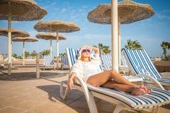 Jonge vrouw die van zon geniet Stock Foto's
