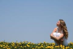 Jonge vrouw die van zonneschijn geniet Stock Foto's