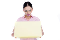 Jonge vrouw die in verbazing in een doos kijken Stock Foto's
