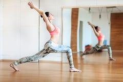 Jonge vrouw die vermageringsdieetoefening in de zaal doen, yogapraktijk Stock Afbeeldingen