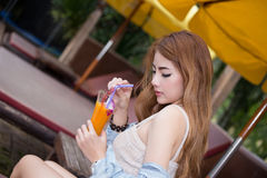 Jonge vrouw die vers jus d'orange houden Royalty-vrije Stock Foto