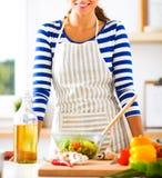 Jonge vrouw die verse salade mengen Royalty-vrije Stock Foto