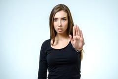 Jonge vrouw die verwerping maken stellen stock afbeelding
