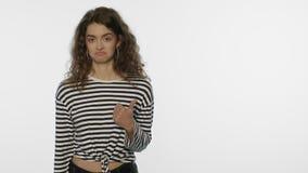 Jonge vrouw die vinger op exemplaarruimte tonen De tevreden vrouw adviseert product stock video