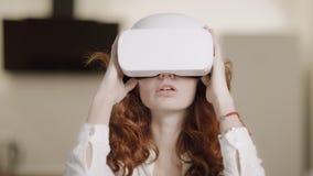 Jonge vrouw die virtuele glazen gebruikt Vrouwelijk persoons bewegend wapen in virtuele glazen stock footage