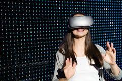 Jonge vrouw die virtuele werkelijkheidsglazen ervaren 3d stock fotografie