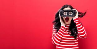 Jonge vrouw die virtuele werkelijkheidshoofdtelefoon met behulp van stock afbeeldingen