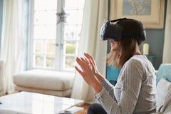 Jonge Vrouw die Virtuele Werkelijkheidshoofdtelefoon in Studio dragen royalty-vrije stock afbeeldingen