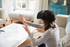 Jonge Vrouw die Virtuele Werkelijkheidshoofdtelefoon in Studio dragen stock fotografie
