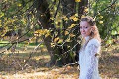 Jonge vrouw die voor de bomen kijken Stock Fotografie