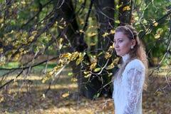 Jonge vrouw die voor de bomen kijken Royalty-vrije Stock Foto