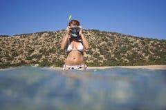 Jonge vrouw die voor het snorkelen voorbereidingen treft. Royalty-vrije Stock Foto's