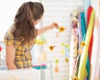 Jonge vrouw die voor Pasen voorbereidingen treffen. achtermening Royalty-vrije Stock Foto