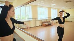 Jonge vrouw die voor spiegel dansen stock footage