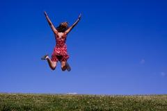 Jonge vrouw die voor vreugde springt! stock afbeelding