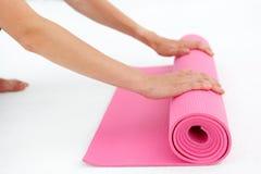 Jonge vrouw die voor yoga voorbereidingen treffen Royalty-vrije Stock Foto's