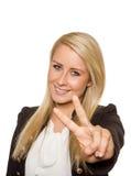 Jonge vrouw die vredesteken met haar handen tonen Royalty-vrije Stock Afbeeldingen