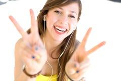 Jonge vrouw die vredesteken toont Royalty-vrije Stock Afbeeldingen