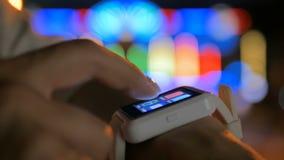 Jonge vrouw die wearable slim horloge met behulp van stock video