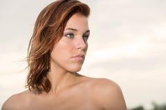 Jonge vrouw die weg in openlucht kijken Stock Foto's