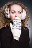 Jonge vrouw die in wide-eyed verbazing kijkt Stock Fotografie