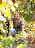 Jonge vrouw die in wijngaard werken royalty-vrije stock foto's
