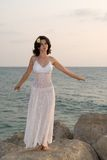 Jonge vrouw die witte kleding draagt Royalty-vrije Stock Afbeelding