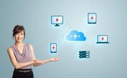 Jonge vrouw die wolk gegevensverwerkingsnetwerk voorstelt Stock Fotografie
