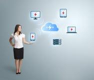Jonge vrouw die wolk gegevensverwerkingsnetwerk voorstelt stock afbeelding