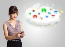 Jonge vrouw die wolk met kleurrijke app pictogrammen en symbolen voorstellen Stock Afbeeldingen