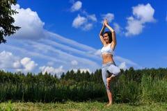 Jonge vrouw die yoga doen openlucht royalty-vrije stock afbeelding