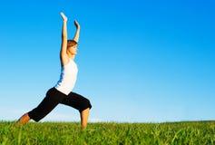 Jonge Vrouw die Yoga doet stock foto's
