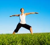 Jonge Vrouw die Yoga doet stock afbeelding