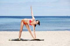 Jonge vrouw die yoga doet Royalty-vrije Stock Fotografie