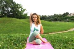 Jonge Vrouw die Yoga doet royalty-vrije stock foto