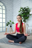 Jonge vrouw die yoga in ochtendpark doen Royalty-vrije Stock Foto's