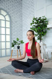 Jonge vrouw die yoga in ochtendpark doen Stock Foto