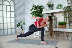 Jonge vrouw die yoga in ochtendpark doen Royalty-vrije Stock Afbeelding