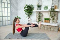 Jonge vrouw die yoga in ochtendpark doen Stock Afbeelding