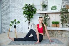 Jonge vrouw die yoga in ochtendpark doen Stock Foto's
