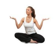 Jonge vrouw die yoga over wit doet stock afbeelding