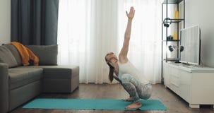 Jonge Vrouw die Yoga thuis doen Gezonde en sportlevensstijl stock video