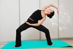 Jonge vrouw die yogaasana doen Royalty-vrije Stock Afbeelding