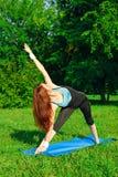 Jonge vrouw die yogaoefening doet Stock Foto's