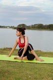 Jonge vrouw die yogaoefening doet Stock Afbeelding